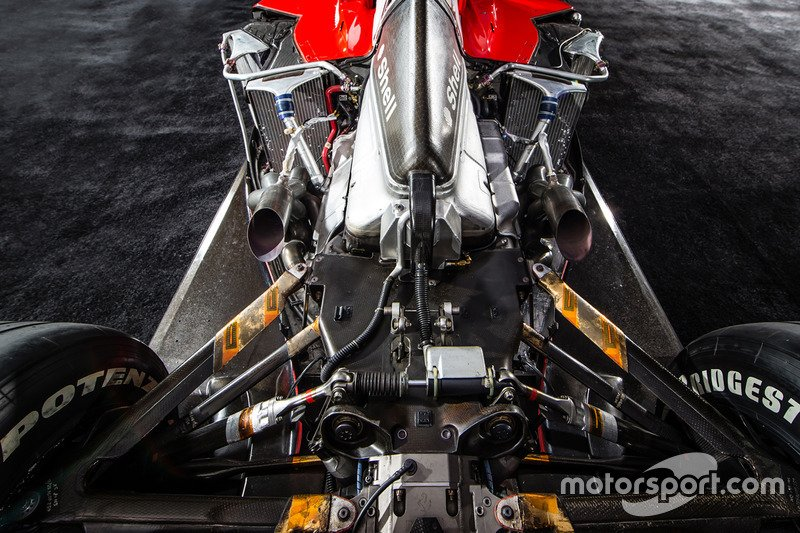 f1-retro-f1-engines-2016-v10-ferrari-tipo-050-engine-of-the-ferrari-f2001_2.jpg